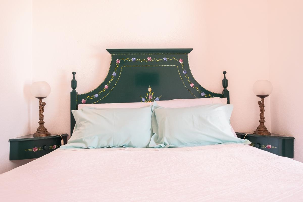 Quarto com cama de casal e casa de banho privativa