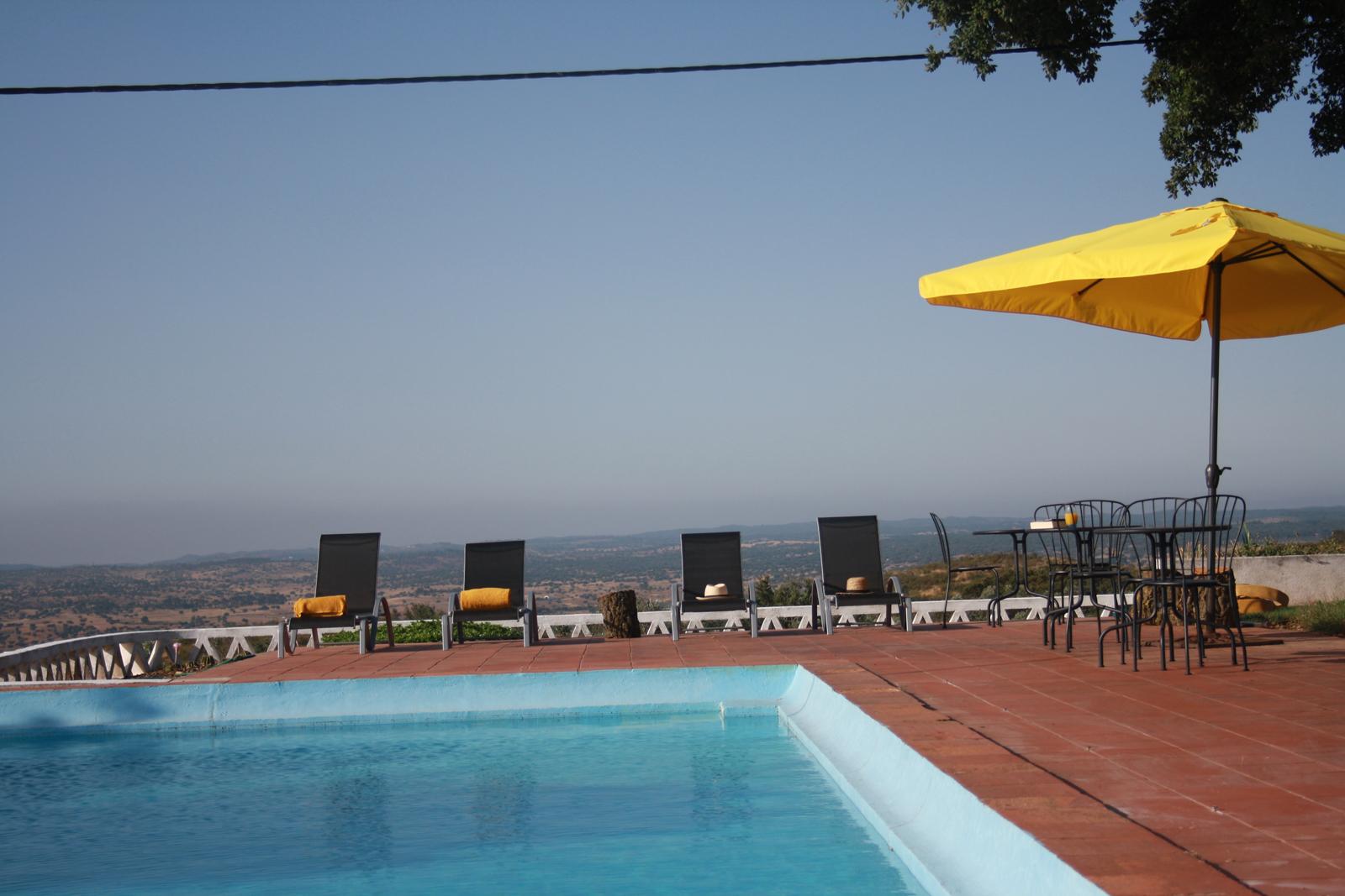 Maravilhosa esplanada junto á piscina